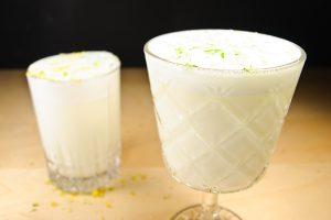 Ramos Gin Fizz, gemixt einmal im Highball-Glas, einmal im Kelchglas.