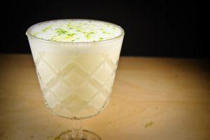 Den Ramos Gin Fizz mit mit Schalenraspeln zu garnieren, das sieht gut aus und funktioniert auch aromatisch gut.