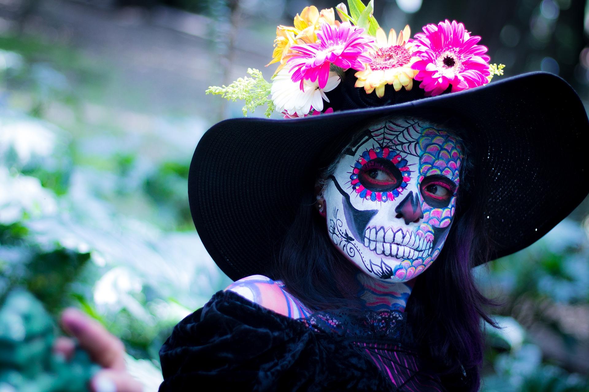 Wir haben kein gutes Bild von Mezcal, das nicht markenbezogen ist und die Frau auf diesem gemeinfreien Bild von hier sieht gut aus, fällt auf und feiert immerhin gerade in Mexico den Tag der Toten.