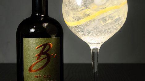 Der B my Gin in einem klassischen Gin Tonic mit Zitronenzeste.