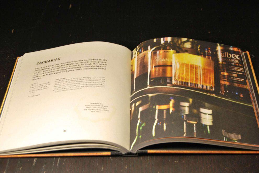 """""""Cocktails: Die Kunst perfekte Drinks zu mixen"""" von Klaus St. Rainer ist ein wunderbarer Start für eine umfangreiche Cocktailbuch-Sammlung."""