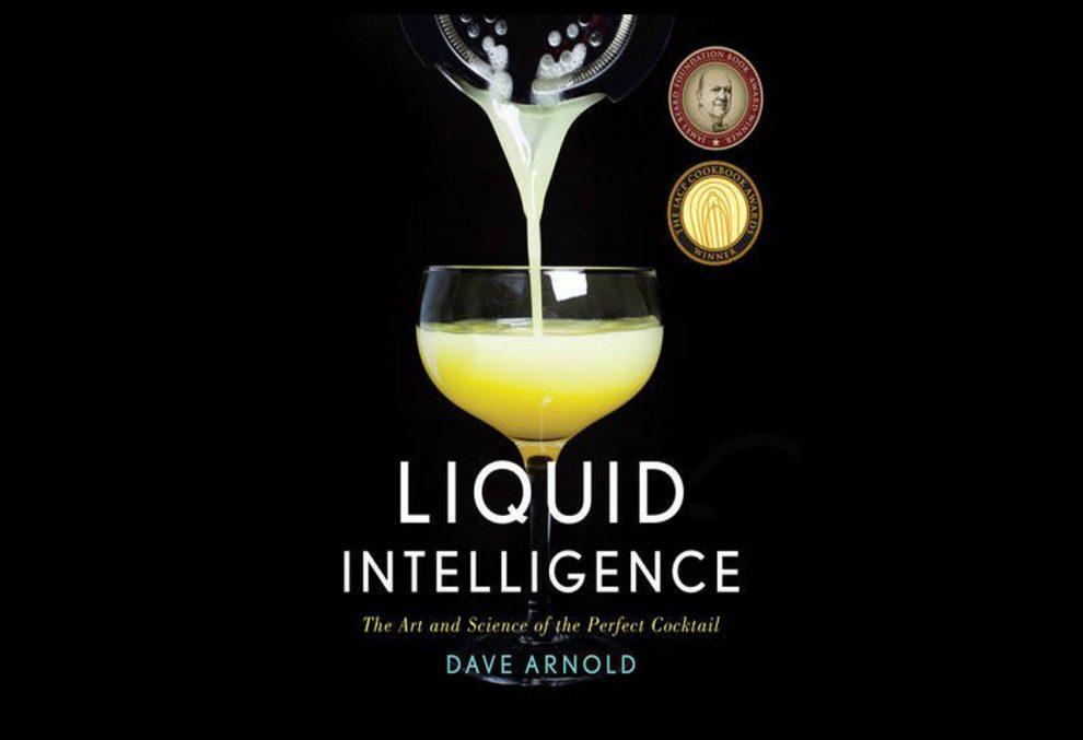 Liquid Intelligence von Dave Arnold ist ein Cocktailbuch, das sich eher an Profi-Bartender denn an Hobby-Mixologen richtet.
