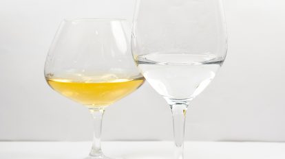 Nosing-Gläser aus der Perfect Serve Collection von Spiegelau, gefüllt mit einem Obstbrand und einem Whisky.