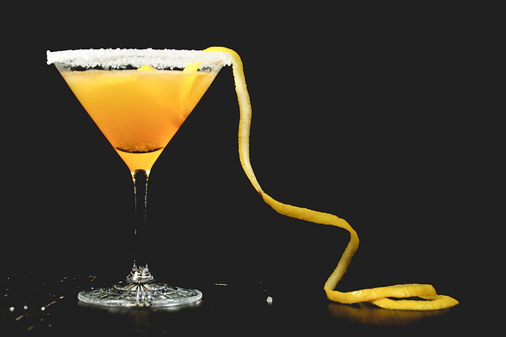 Ein Sidecar-Cocktail aus Zitronensaft, Cointreau und Cognac, garniert mit einem Zuckerrand und einer Orangenzeste.