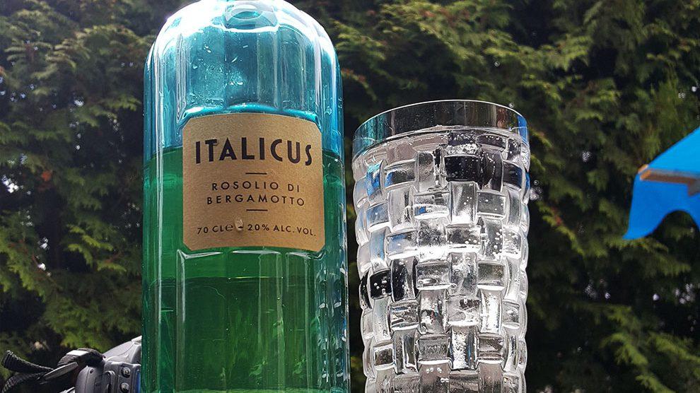 Italicus - Rosolio di Bergamotto in einem Vodka & Soda vor strahlendem Sonnenschein.