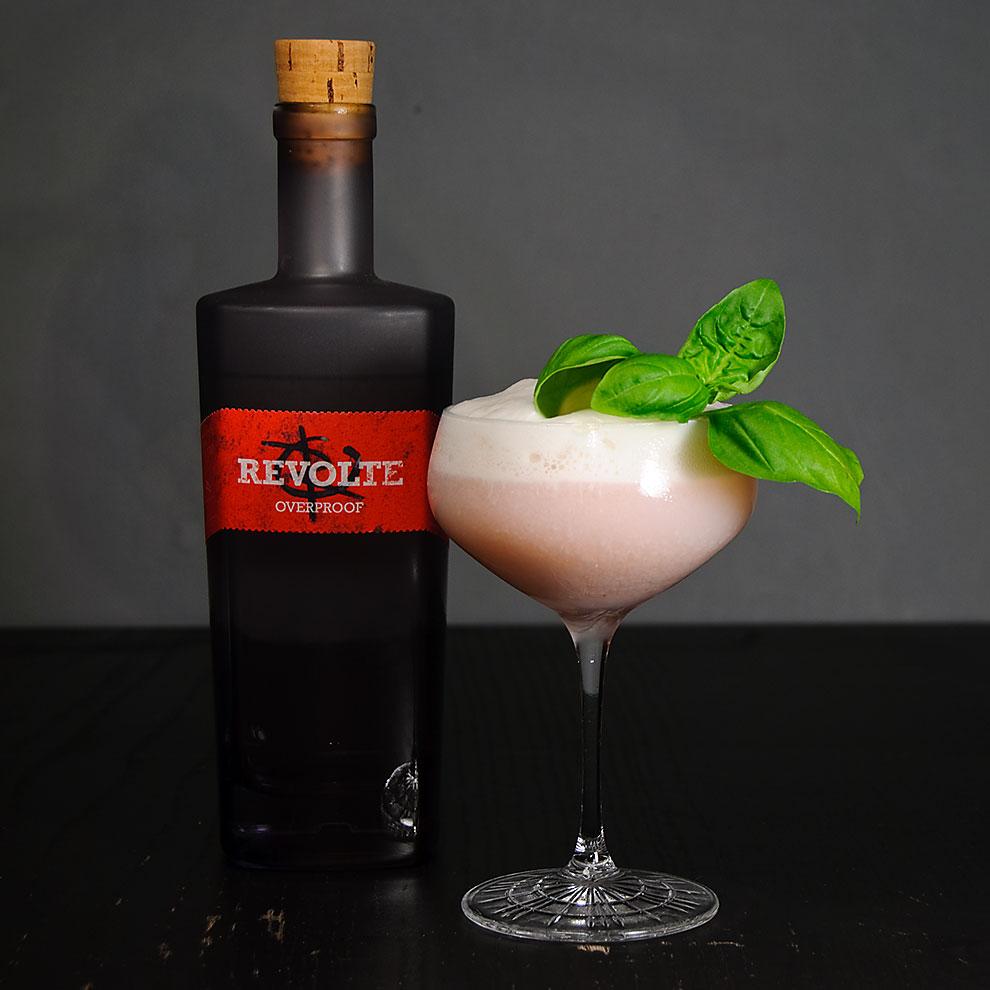 Revolte Overproof Rum in einem Melony Snicket-Cocktail mit Buttermilchschaum und Melonenlikör.