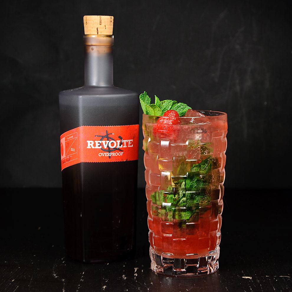Revolte Overproof Rum in einem Respberry Mojito.