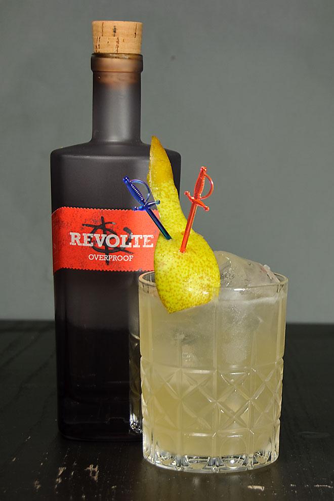 Revolte Overproof Rum in einem Hidden Treasure - einer Art deutschem Tiki-Drink mit Moor-Birne und Smokecraft Wodka.