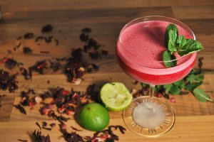 Der Arrojadoa besteht aus Cachaça -Hibiskus-Cold Drip, Agavendicksaft, Zitronensaft und Eiweiß