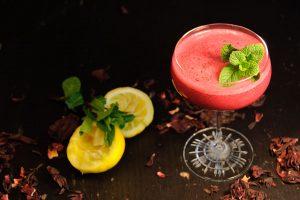 Der Biznaguita besteht aus Mezcal-Hibiskus-Cold Drip, Agavendicksaft, Zitronensaft und Eiweiß.