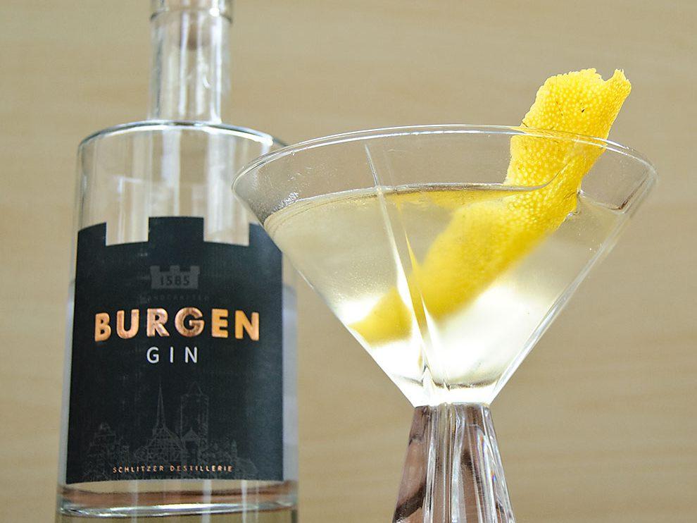 Burgen Gin in einem klassischen Martini mit Wermut und Zitrone.