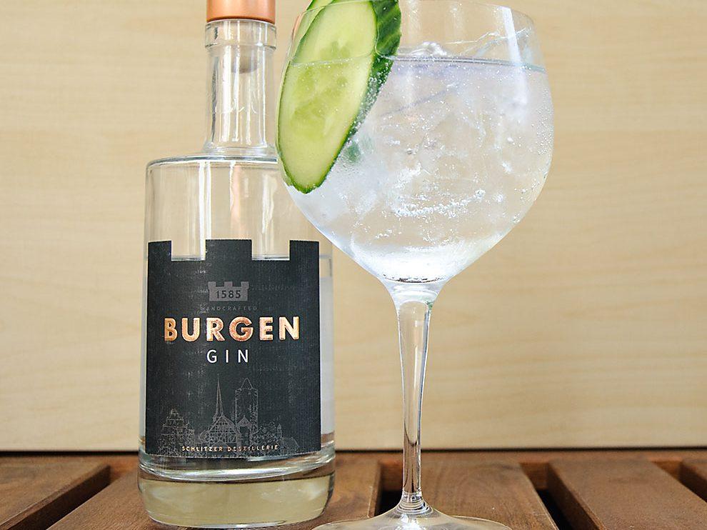 Burgen Gin in einem Gin Tonic mit Gurken-Garnitur.