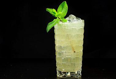 Ein Gin Gin Mule mit Gin, Ginger Beer, Minze, Zuckersirup und Limettensaft.
