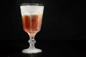 Der Martinez-Cocktail in einer geeisten Coupette: Gin, Maraschino, roter Wermut, Bitters und eine Zitronenzeste.