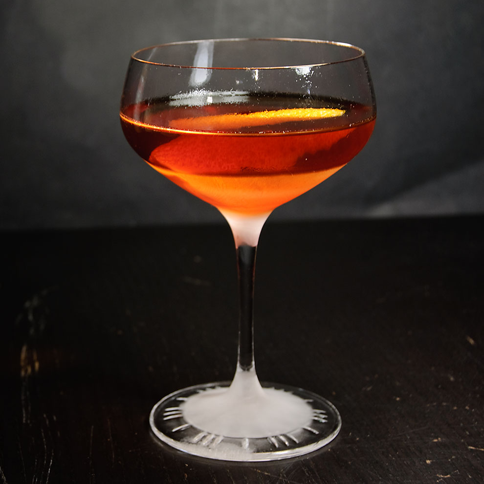 Ein Martinez-Cocktail im Coupette-Glas.