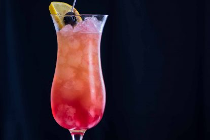Ein klassischer Sex on the Beach mit Wodka, Pfirsichlikör, Orangensaft und Cranberrysaft.