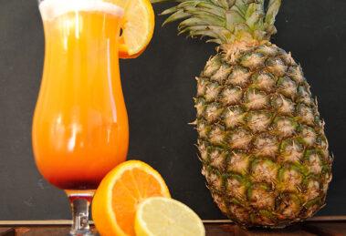 Der Bahama Mama Cocktail ist der komplexere Rum-Bruder des Tequila Sunrise - nicht nur optisch.