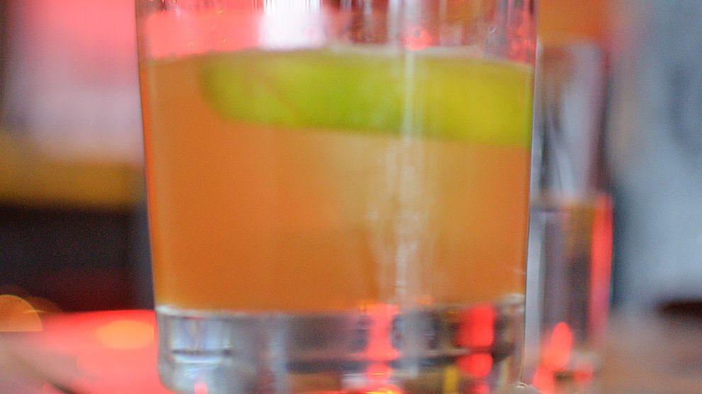 Ein La Perla Verde aus der Ostbar in Bamberg - ein fein austarierter, floraler Rum Sour.