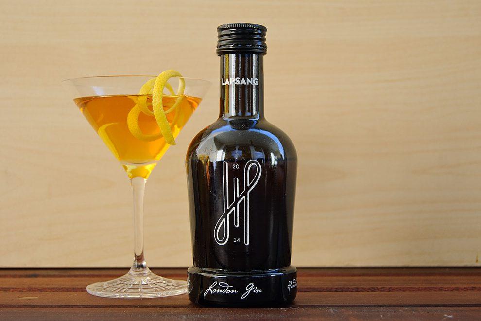 Hoos Lapsang Gin in einem dunklen, aber sauleckeren Martini.