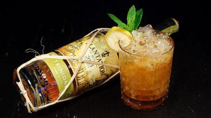 Der Banana Pancake mit Orgeat, Schokoladenlikör, gerösteten Honigbananen und geröstetem Limettensaft ist unser Versuch, den Plantation Rum Trinidad 2003 in einen Tiki-Cocktail zu packen.