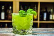 Ein Gin Basil Smash aus Basilikum, Gin und Zuckersirup.