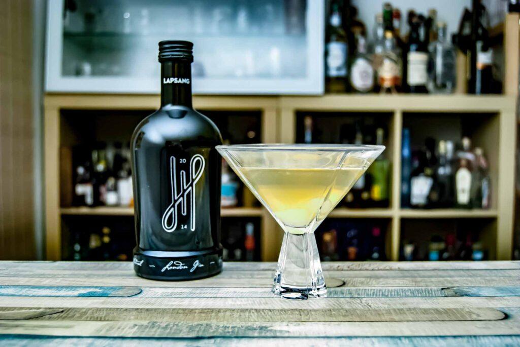 Hoos London Gin in einem Gibson Martini mit Silberzwiebeln.