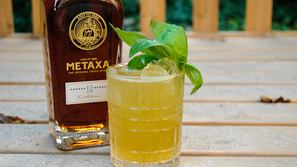 Metaxa 12 Stars in einem Metaxa Smash mit Basilikum.