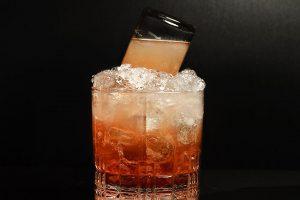 Der Mountain Reviver ohne Grusel-Kelch. Beobachtung: Ist der Mini-Drink nicht kalt genug, fließt zunächst der süße Wermut ins Glas.