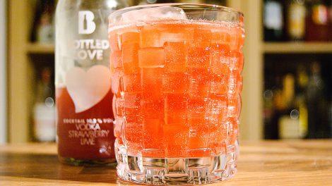 Der Bottled Love von Bottled Cocktails mit Erdbeeren und Wodka.