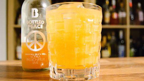 Der Bottled Peace von Bottled Cocktails mit Passionsfrucht und Wodka.