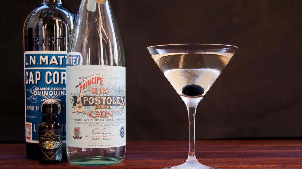 Cap Mattei Blanc in einem Martini mit Apostoles Gin und The Bitter Truth Olive Bitters.