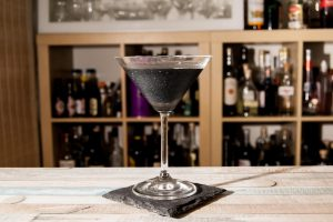 Der Black Magic Martini mit Aktivkohle und essbarem Glitzer.