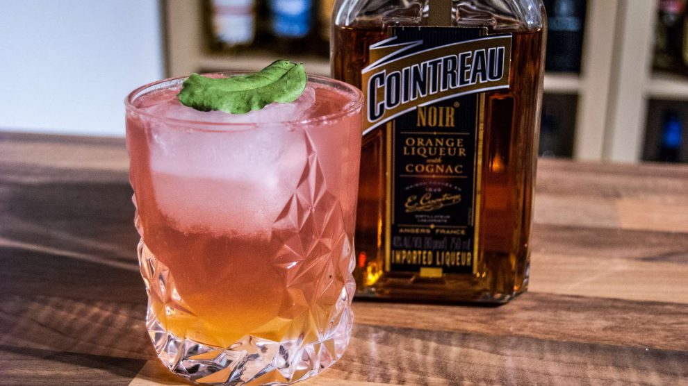 Der Cointreau Noir mit Thomas Henry Cherry Blossom Tonic.