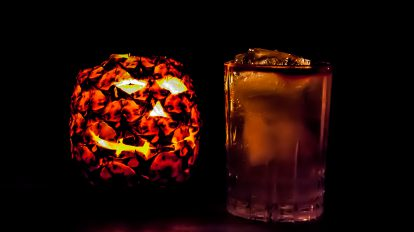 Ein Headless Muleman aus Rum, Angostura, Ginger Beer und Limette mit einer Ananaslaterne.
