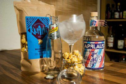 Die neue Suedmarie von Applaus Gin im Gin Tonic mit Schweppes Dry Tonic und Knalle Popcorn - der Inhalt der Liquid Director Box im Oktober 2017.