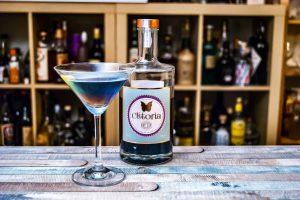 Ein Rainbow Martini - wo der Clitoria Dry Gin mit Säure in Berührung kommt (hier aus dem Wermut) wechselt er die Farbe.