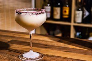 Eine Buttermilch-Margarita mit Hibiskus-Salz als Garnitur.
