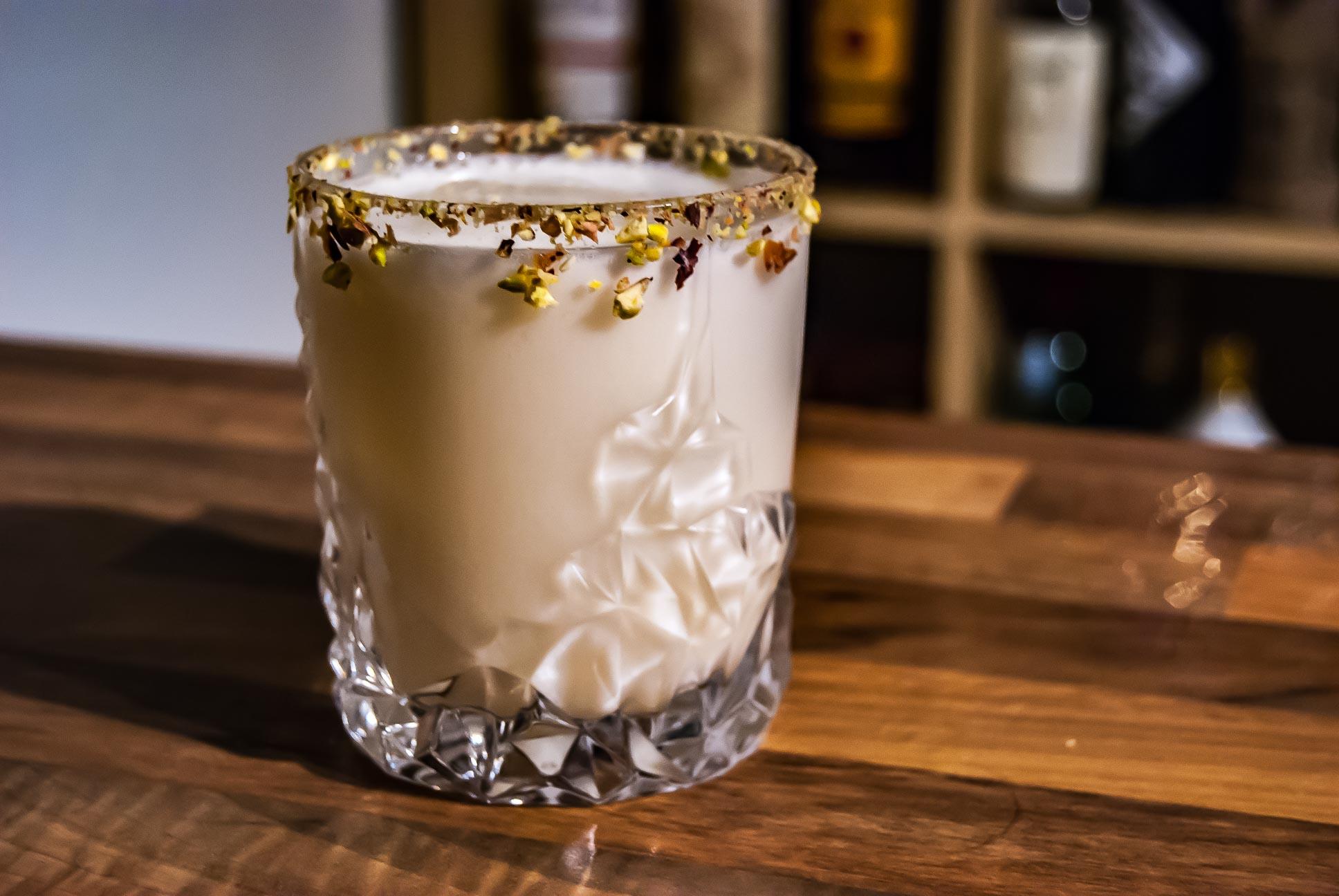Eine Buttermilk Margarita im Old Fashioned-Glas mit einem Rim aus Pistazien.