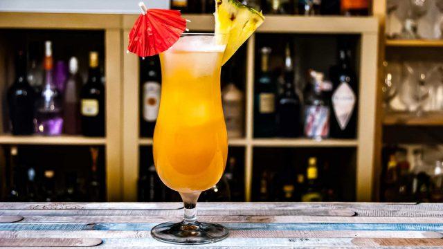 Der Singapore Sling im Fancy Glas - kaum ein Cocktail steht so stellvertretend für dieses Glas wie der Klassiker aus dem Raffles Hotel.