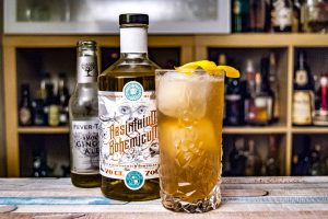 Absinthium Bohemicum, Fever Tree Smokey Ginger Ale und Grand Marnier bilden den Cocktail Bourgeoises Laster.
