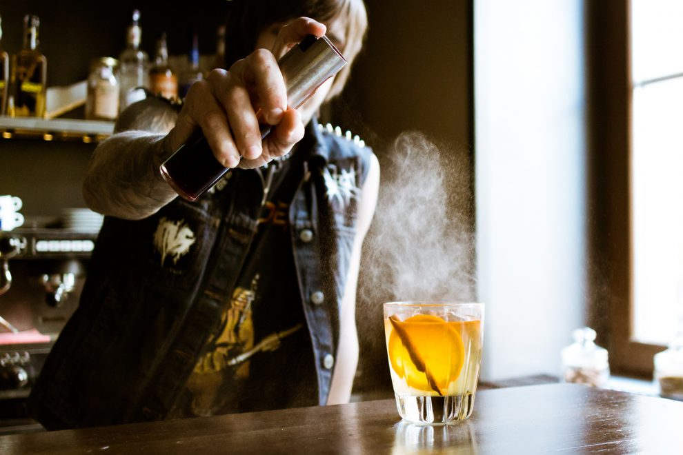 Richtig krasse Cocktails mixen ist cool - solange du selbst und vor allem deine Gäste dabei Spaß haben.