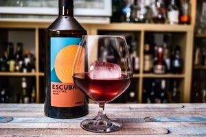 Escubac mit Quittenlikör und Portwein im That esculated quincely-Cocktail.