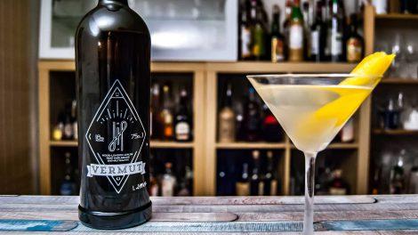 Hoos Vermut weiß im klassischen Martini.