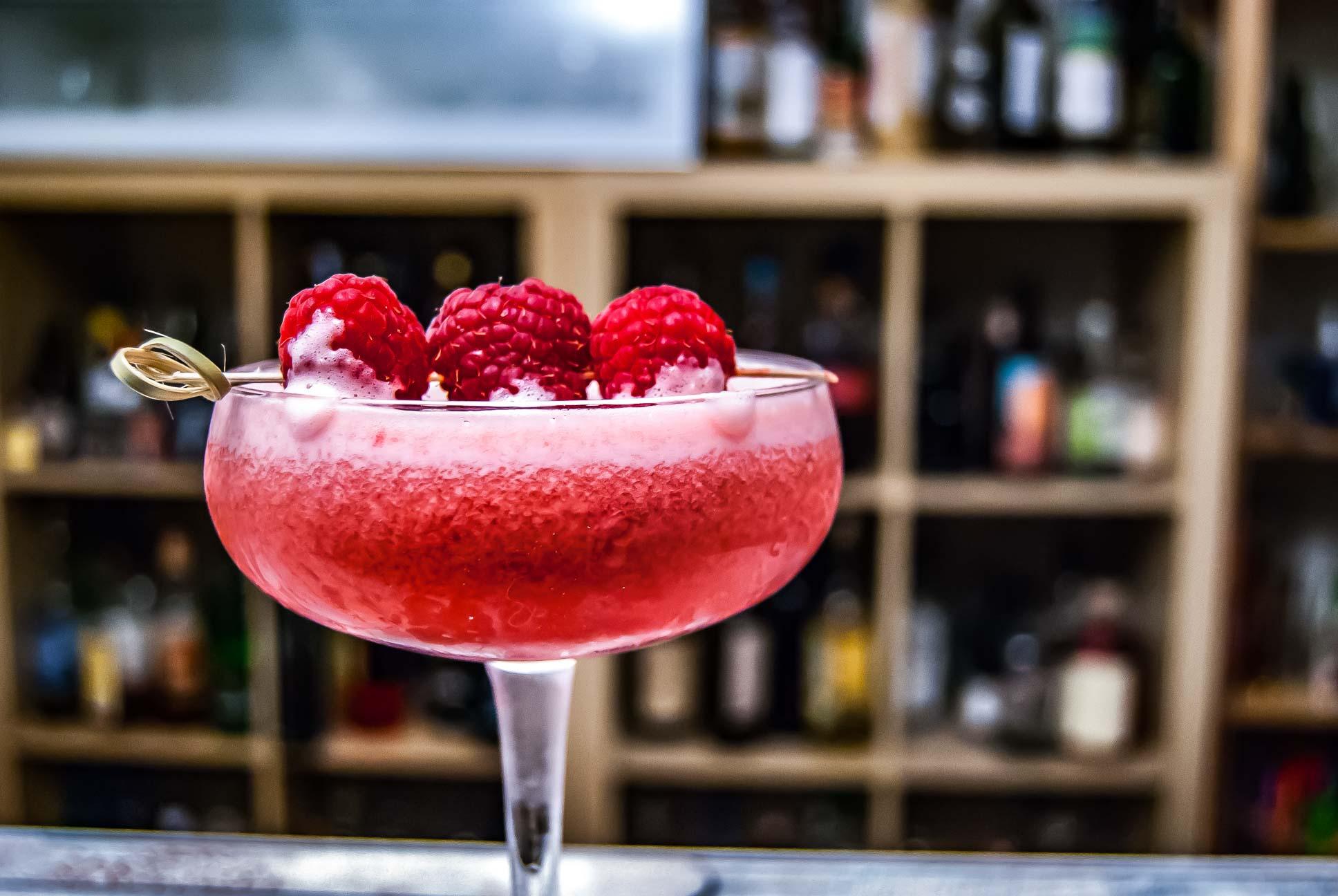 Der Clover Club Cocktail aus Gin, Zitrone, Eiweiß und Himbeersirup.