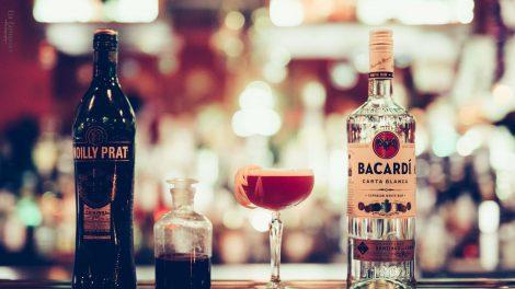 Neben Bacardi sind die Hauptzutaten des Back to Basics Noilly Prat, Aquafaba und selbstgemachter Rotwein-Orangen-Sirup.