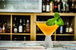 Klassisch wird der Old Cuban in einer Coupette serviert, ein Martiniglas funktioniert aber auch.