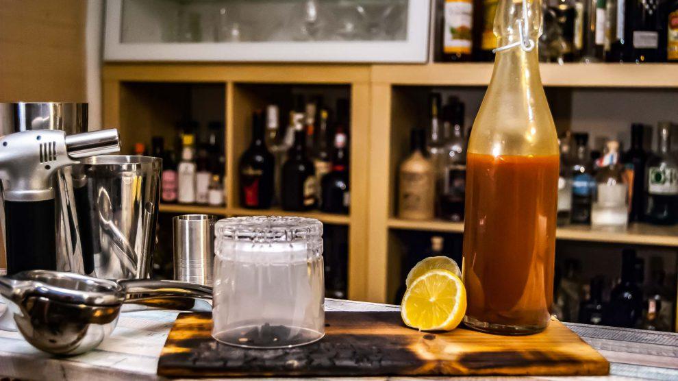 Weil uns in der Rum-Variante mitunter ein bisschen Rauch fehlt, smoken wir das Glas ein - toller Bonus, aber geschmacklich am Ende kein Must have..