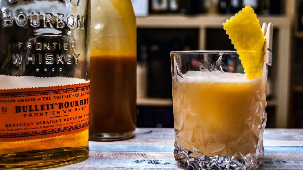 Salted Caramel Whiskey Sour mit Bulleit Bourbon.