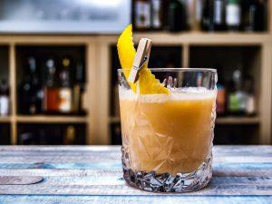 Der Salted Caramel Whiskey Sour besteht aus Zitronensaft, Salzkaramell und Whiskey - oder wenn man uns fragt: Manchmal auch Rum.