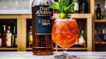 Der Trois Rivières VSOP im Gunpounder Cocktail inklusive Zutaten.